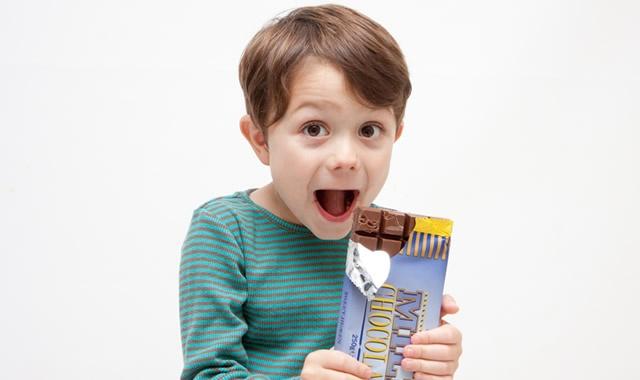 チョコレートを食べる少年